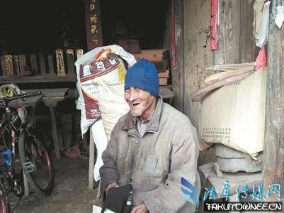90岁失明老人独居山村70年 孤寡残疾老人的孤独生活