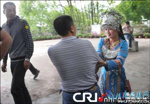 女子景区里强拉游客,中国景区该如何监管?