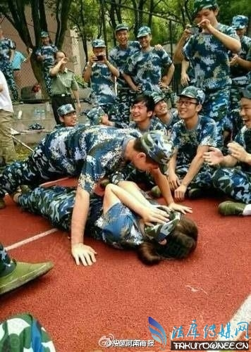 教官让女的躺男身下做俯卧撑 男上女下体位引发热议