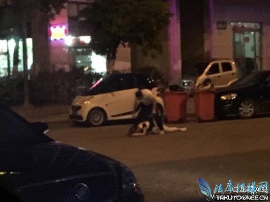 男子当街撕下女子外裤图片 当街扒衣服现场照片