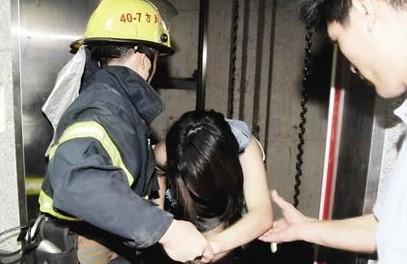凄惨女子被困电梯活活被饿死,被困电梯该怎么办?