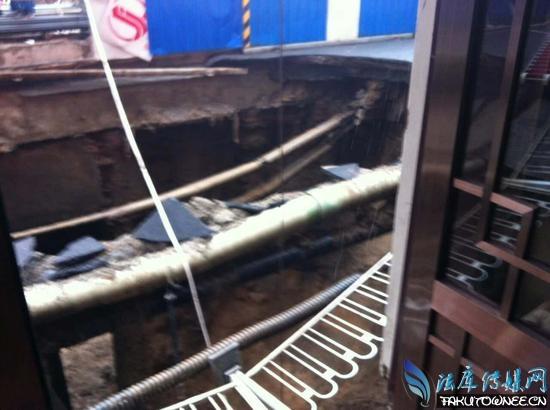沈阳现近20米深坑 路过民众注意安全
