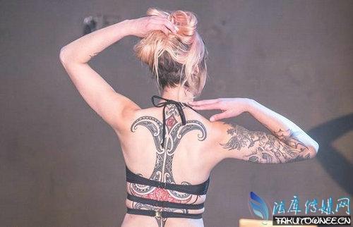 纹身美女艳惊四座,纹身到底是艺术还是装X?