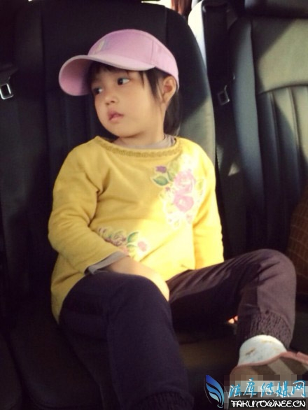 赵薇女儿小四月近照_小四月和韩小野的萌照对比图片,赵薇女儿小四月黄新的名字 ...