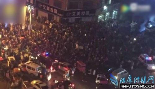 千人围观菏泽女子街头砸小三店面,什么样的人最喜欢看热闹?