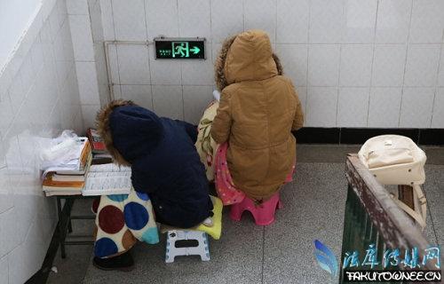 考研学子寒冬裹毛毯在楼道复习,考研难度系数如何分析?