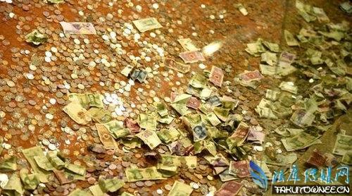 杭州雷峰塔恐被硬币压塌,为什么人们喜欢在景点扔硬币?