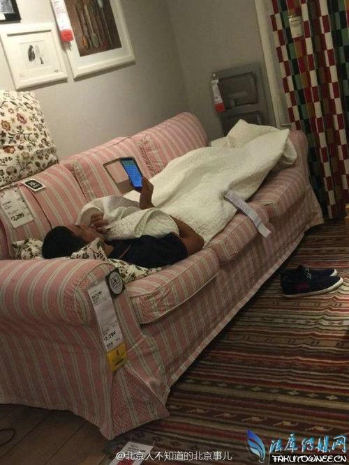 宜家情侣搂抱躺床,为什么宜家里面可以睡觉?