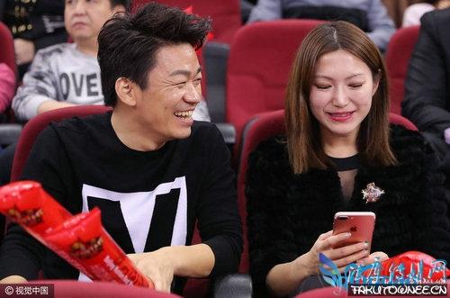 王宝强与美女总裁一同看球赛,昆仑鸿星总裁廖志宇个人资料介绍