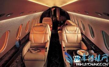 赵丽颖素颜平底鞋排队搭经济舱,飞机的经济舱与头等舱差在哪?