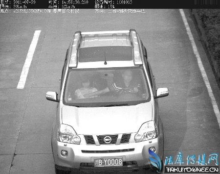 越野车司机边开车边摸胸,开车摸副驾驶大腿算违章吗?