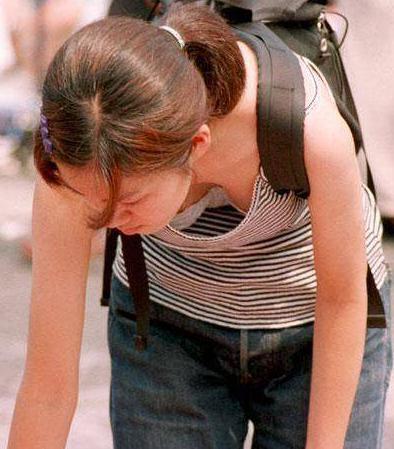 女人弯腰捡东西露出内衣的尴尬瞬间,乳沟有什么好看的