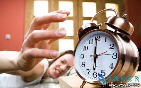 早起傻一天是真的吗?成人一天最好睡几个小时?