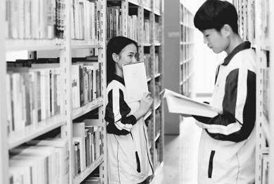 大学期间应不应该谈恋爱,在校大学生可以结婚生子吗?