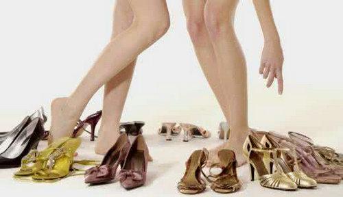 高跟鞋是应该买大还是买小?高跟鞋买小了怎么将其撑大?