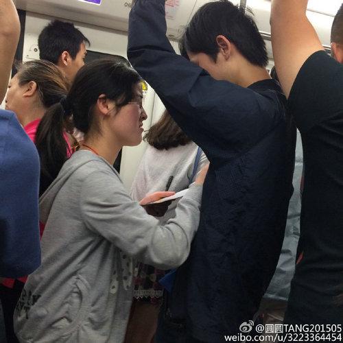 地铁里的乞讨女孩主动摸男的胸,地铁中为什么不让乞讨?