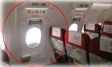 女乘客好奇释放应急滑梯后果严重,飞机的应急滑梯值多少钱?