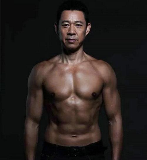 张丰毅坚持健身几十年练成的完美身材,张丰毅同性恋传闻的消息是真的吗?