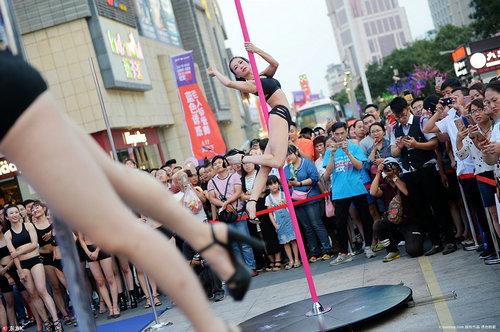 性感美女内衣广场钢管舞大秀,钢管舞是人在转还是钢管在转?