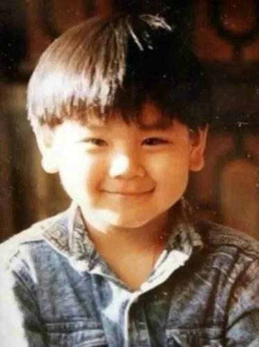 彭于晏还是一个胖子时候的照片,彭于晏的肌肉练了多久炼成的?