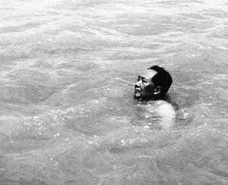 游泳横渡长江一般是多少米距离?毛主席横渡长江花了多长时间?