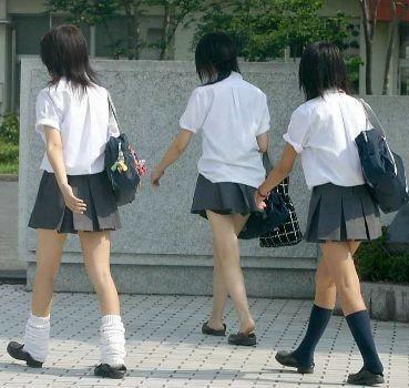 实拍日本着装清凉的高中女学生,日本校服的裙子为什么会那么短?