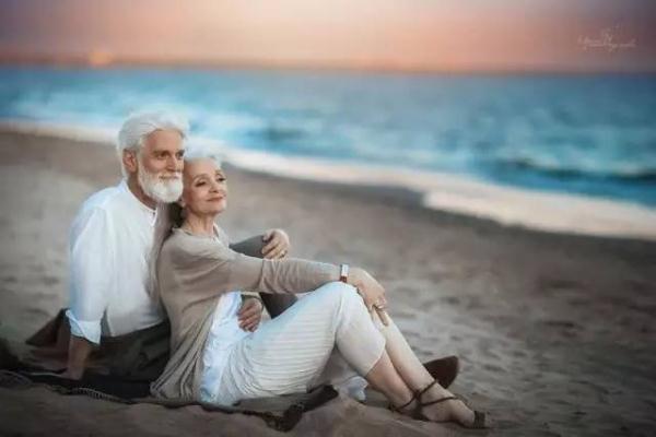 刷爆朋友圈的海边白发老年情侣竟是陌生模特!携手白头才是爱情最美的样子