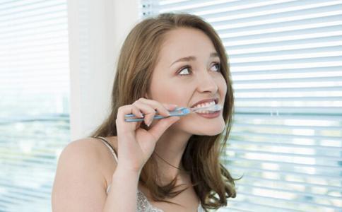 饭后立即刷牙是误区,饭后过多久刷牙效果最佳?