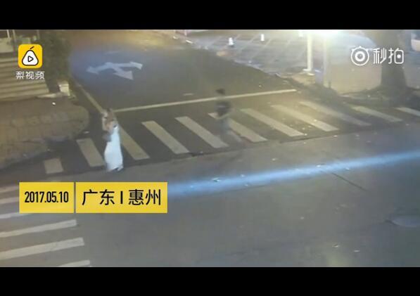 三男子猖狂当街猥亵白衣女子,被猥亵后该报警吗?
