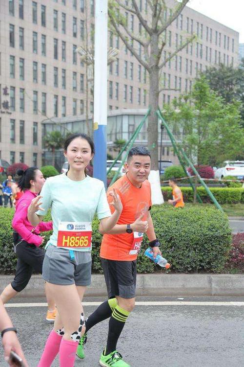 跑马拉松时候穿什么袜子好?跑马拉松最少训练多久?
