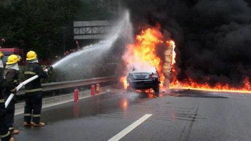 汽车自燃不可以用水灭火吗?汽车着火真的会爆炸吗?