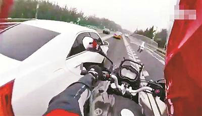 高速上演摩托大战轿车追逐战,摩托车能上高速行驶吗?