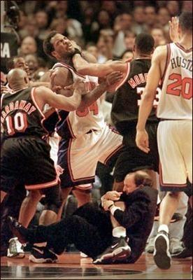 范甘迪抱莫宁腿是怎么回事?NBA现在为什么不打架了?