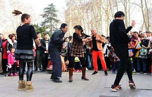 郑州人民公园尬舞现场,河南郑州尬舞创始人是谁?