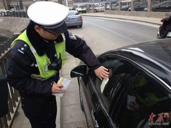 交警在晚上贴罚单合理吗?老小区停车难该怎么办?