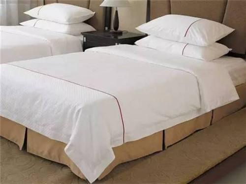 酒店中为什么都放四个枕头?睡觉的枕头高一些还是低一些比较好?