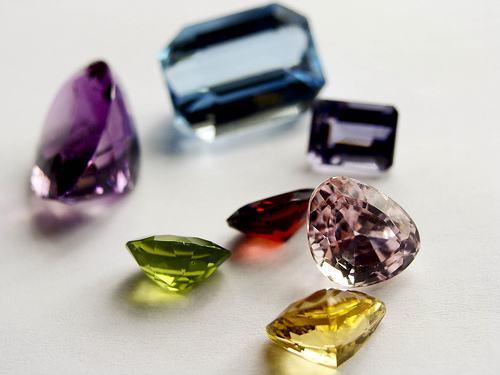 天然钻石一共有几种颜色?什么颜色的钻石最稀有最贵?