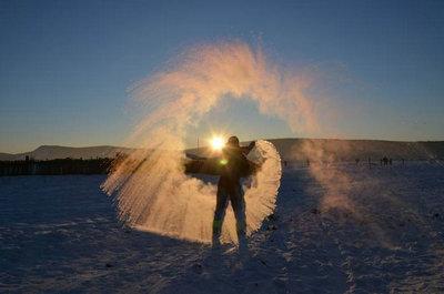 洒水成冰是热水还是冷水?多少度能洒水成冰?