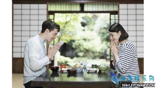 日本人吃饭前双手合十的目的是什么?日本人吃饭前要说什么话?