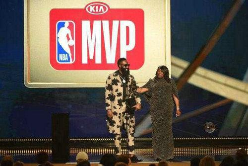 哈登终于荣获常规赛MVP 三年磨一剑哈登完成救赎