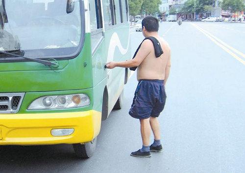 光膀子开车算违章吗?光膀子真的就凉快吗?