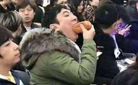 王思聪吃热狗什么梗?王思聪吃热狗爆笑马赛克图