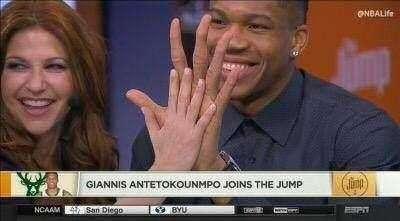 字母哥的手有多大 手大对于打篮球有什么好处