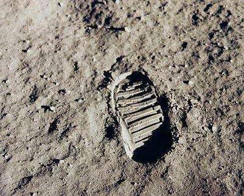苏联和美国谁先登月的 登月第一人是谁