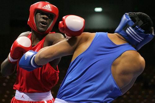 拳击为什么打着打着就抱一起了 抱一起的目的