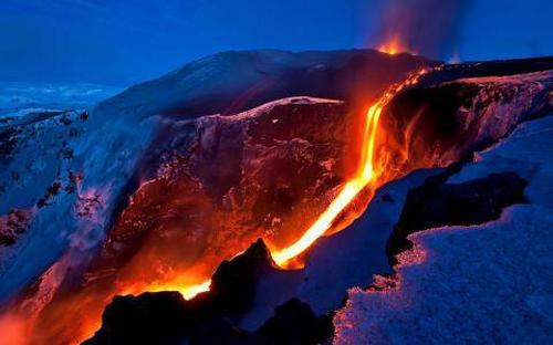 火山的岩浆是从哪里来的 火山是直通地心的吗