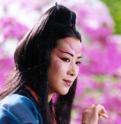 东方不败是怎么得到葵花宝典的 为什么用绣花针当武器