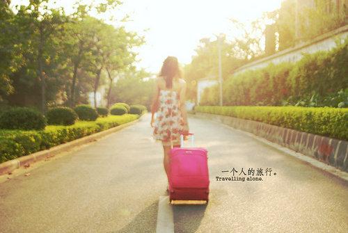 拖着行李箱的女生背影