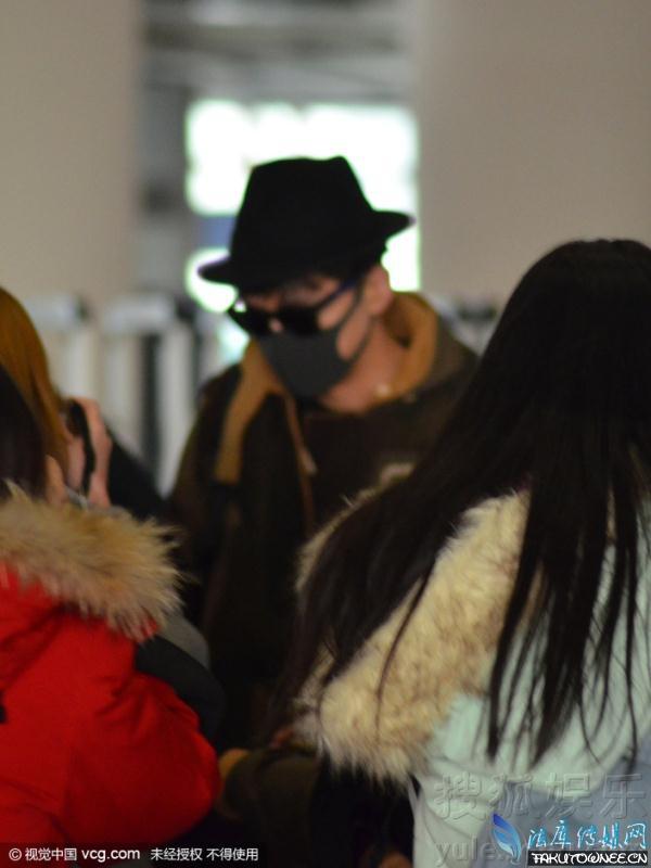 核心提示:  当红小生胡哥现身北京机场,带着黑色墨镜和黑色口罩(明星标准装扮)。但是还是在现场引发了粉丝的狂热追寻,甚至有粉丝一路跟着胡哥做飞机追星!   胡歌蒙面现身机