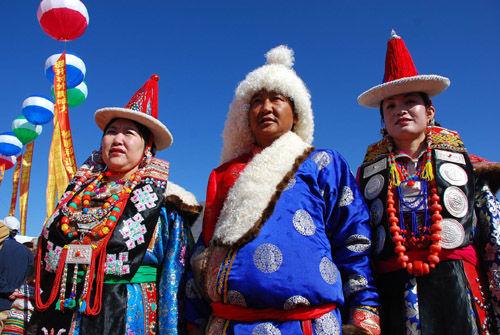 我国蒙古是否与蒙古国是一个种族?蒙古国什么时候独立的?